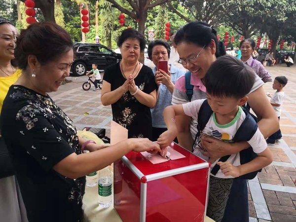 锦绣香江业主带领孩子参与捐赠