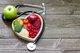 吃得太饱喝得太多,就会导致血液淤积在胃部,心脏和大脑相对缺血,诱发心绞痛和短暂脑缺血发作。