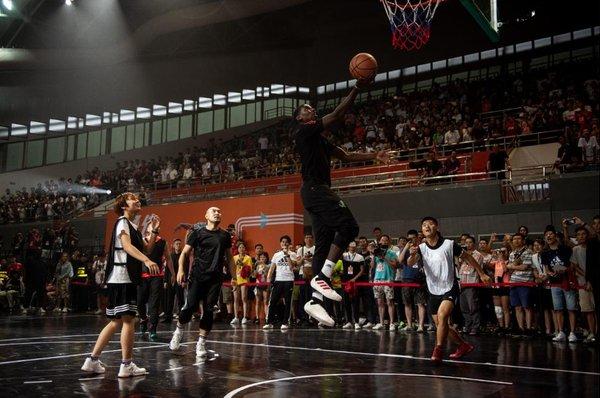 博格巴与川大学生进行篮球3V3斗牛