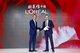 欧莱雅中国现任首席执行官斯铂涵(左)与欧莱雅中国新任首席执行官费博瑞(右)正式交接