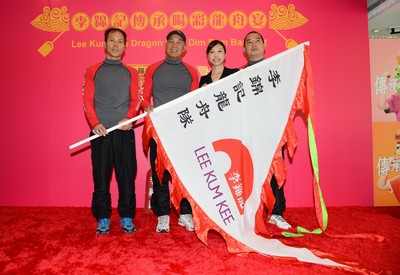 Elaine Kwok, Marketing Director -- North Asia & Pacific Region, Lee Kum Kee (Hong Kong) Limited, presented a pennant to Lee Kum Kee Dragon Boat team and wished them victory in every race!