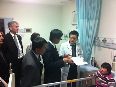 Ambassador Locke visits children in the Guangzhou Women and Children's Medical Center